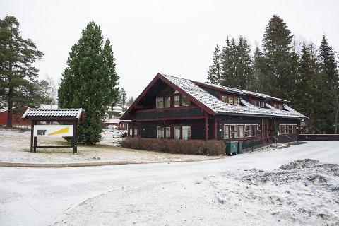 HOVDEVEIEN: Næringsbygget i Hovdeveien er til salgs. Prisantydning er på 9,7 millioner kroner. Foto: Boel Kristin Støvern