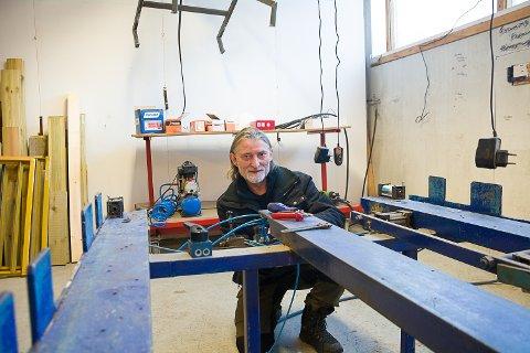 KLAR TIL START: I disse dager gjør Glenn Pedersen klar produksjonshallen. I denne jiggen skal elementene lages.