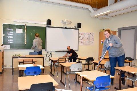 RART: Lærerne Rita Bekken, Trond Erik Mørk og Trude Bakke syns det er rart å være på skolen uten elevene. Tavla blir dermed tørket av for siste gang på en stund.