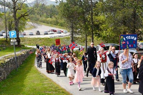 17. MAI: Feiringen i år kan komme til å skje hjemme uten folk i gatene. Bildet er fra i fjor ved Heggen kirke.