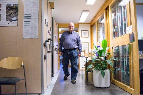 IKKE STOR NEDGANG: Fagleder Reidar Jakobsen i byggesaksavdelingen til Modum kommune sier at de hadde stort trykk på avdelingen forrige uke og at mange planlegger mindre byggeprosjekter. Så langt denne uka ser de imidlertid tendens til en liten oppbremsing.