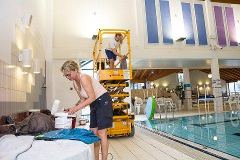 MALESJAU: Brig Bänder og Kåre Magnus Nikkerud har full hyre med å male veggene i svømmehallen.