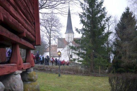 MEKTIG SYN: Heggen kirke, og den vakre prestegården er et mektig syn langs veien på denne turen.