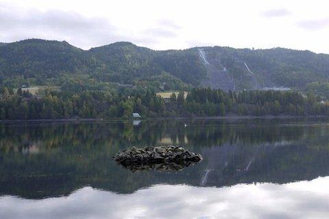 SPEILBILDE: Bergsjø kan ligge så blankt at skiflygingsbakken speiler seg i overflaten.