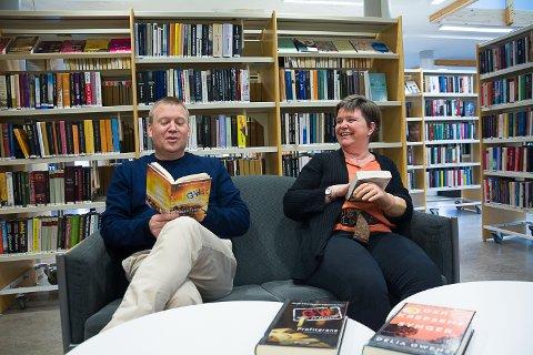 LESEGLEDE: Antti Kaukoranta og Tone Christine Skustad har plukket fram noen krim- og spenningsbøker som de tror vil krydre påsken.