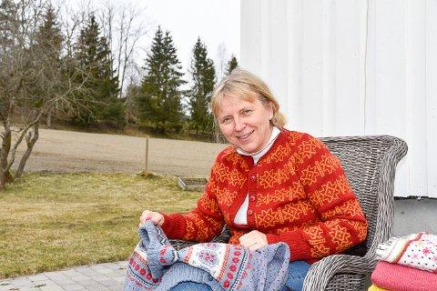 BLE INSPIRERT AV FARGENE: Sigrid Inger Rakkestad Buskerud ble inspirert av fargene til koronaviruset til å strikke en korona-kofte.