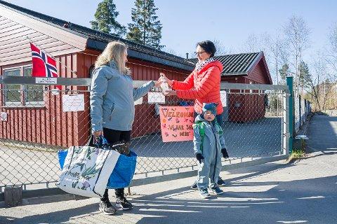 VELKOMMEN: Linn Elisabeth Thorsby t.v.) og sønnen Amund Thorsby Aalton ønskes velkommen tilbake av styrer Ann Kristin Brunæs. Håndspriten er på plass ved porten.