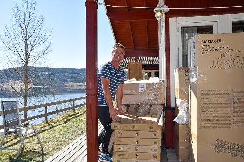 INVESTERT I NYE MØBLER: Ukene Krøderen camping var stengt brukte Jan Morten Hagen på å bestille nye møbler til utleiehyttene.