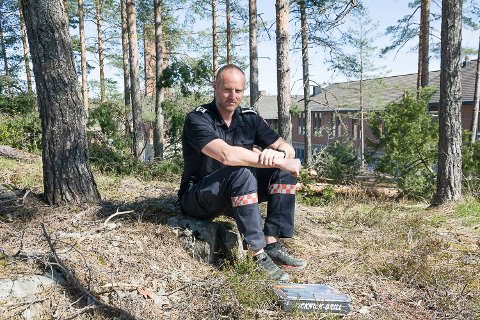LA DEN LIGGE: Varabrannsjef Øyvind Brandtenborg, oppfordrer folk til å la engangsgrillen ligge hjemme i disse knusktørre tider. Hvis du tar sjansen og det går galt, er det du som får smekk.