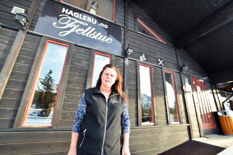 FORBANNET: Mona Olsen på Haglebu Fjellstue har fullt av gjester, men ingen strøm. Det samme skjedde under påskelunsjen i 2018.