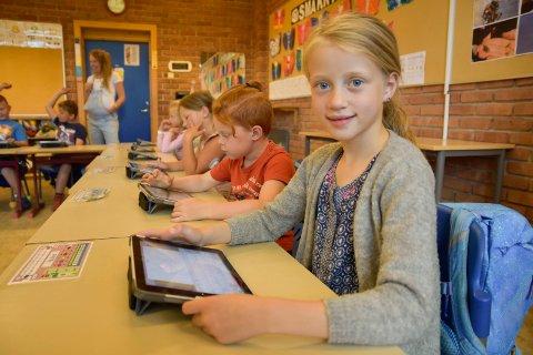 DIGITAL SKOLE: Pauline Hæhre Marberg, her avbildet like før sommerferien 2018, og resten av elevene i hennes klasse ved Sysle skole har iPad. Ennå er det ikke like mange digitale enheter som det er elever ved skolene i Modum.