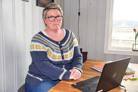 BEKYMRET: Tillitsvalgt ved Krøderen skole Linda Aaskjær forteller at det kommer til å bli tøft om politikerne ikke bevilger mer penger til skolen.