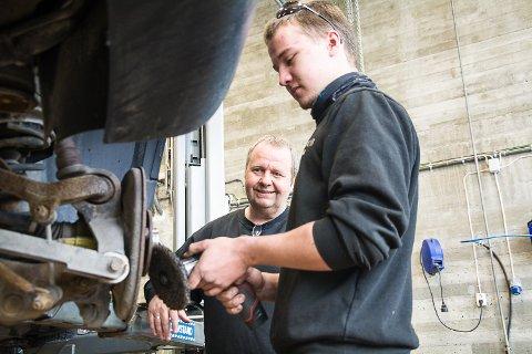 I GJENGE IGJEN: Kontaktlærer Ole Kristian Wold er glad for at verkstedet er fylt med liv igjen. Elev Bjørn Ingeland (17) har savnet de faste rutinene i hverdagen.