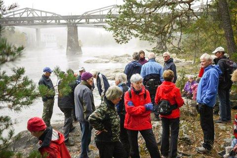 HELLERISTNINGER: Stor interesse for helleristningene under jernbanebrua i Geithus