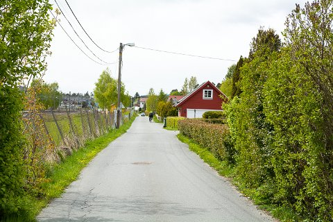 SMALT: På det smaleste er Øvregata kun 4-4,5 meter bred. Intensjonen er å utvide veien og anlegge fortau.