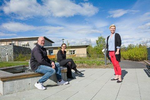UTEBESØK: Avdelingsleder Rolf Enger, virksomhetsleder Birte Sætrang og avdelingsleder Liv Mari Nævdal gleder seg til å ta imot de første pårørende på mandag. Sansehagen er ett av stedene som kommer til å bli brukt til besøk.