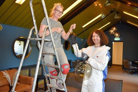 SAMARBEID: Maria Næsstrøm og Viktor  Hajdu får på plass lampene på rommet med navnet Høgevarde