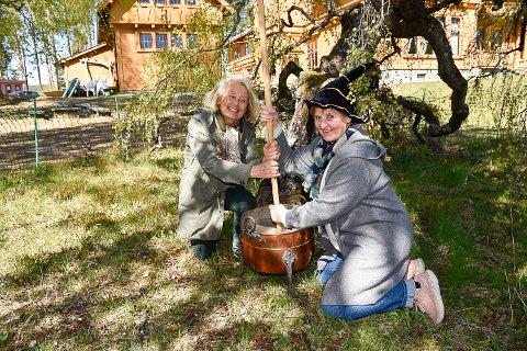 HEKSEHAGE: Elisabeth Hagen i venneforeningen til Villa Fridheim og avdelingsleder på stedet Bitte Olstad gleder seg til heksehagen står ferdig. I mellomtiden prøver de seg gjerne på å lage et heksebrygg.