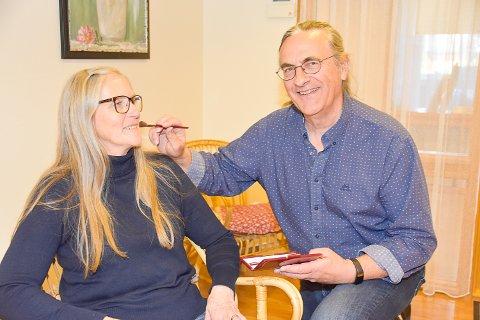 SMINKE: Roger Andersen begynte å reise rundt for å lære damer om sminke for å ha en bi-inntekt. Det ble starten på Modum Såpe Engros. Her sammen med kona Bente Andersen.