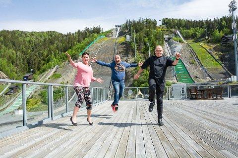 ENDELIG: Anne Kat. Håskjold, Morten Selmer Wahlmann og Ole Martin Davidsen hopper av glede over at det endelig blir sommershow. – Nå har vi kjedet oss så lenge. Vi vil ha det moro, sier de, og åpner for 200 gjester i hoppsenteret.