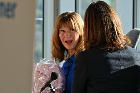 OVERRASKET, MEN TAKKNEMLIG: Ann Sire Fjerdingstad, styreleder hos Modum Blaafarveværk, ble overrasket og glad da Kirsten Wassend (ryggen til kameraet) fortalte at de mottar 400.000 kroner i prosjektstøtte.
