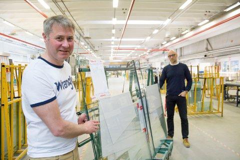 UTFORDRENDE ÅR I VENTE: Daglig leder Henning Austad i Modum glassindustri venter fortsatt utfordringer som følge av koronapandemien. Her er han fotografert sammen med fabrikksjef Cato Ludvigsen ved en tidligere anledning.