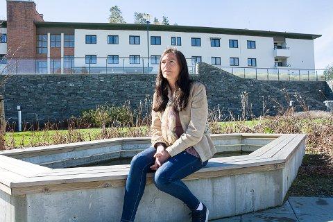 ETTERLYSER RASK ENDRING: Marie Skar har sin mor på Modumheimen og tar henne ofte med hit til sansehagen. Nå ønsker hun at Modum kommune skal etterkomme FHIs anbefaling om at beboere skal få møte sine pårørende.