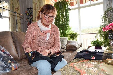 MONTERER: Hjemme i stua i Prestfoss har Kari Marie Halstenrud den siste tiden fått montert syv bunader til dukkene.