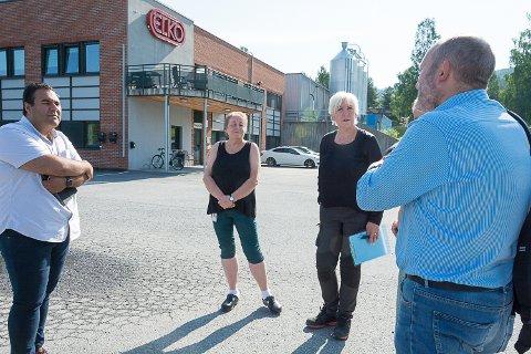 STØTTEBESØK: Stortingsrepresentant Masud Gharahkhani, (Ap) og Jan Petter Gundersen (t.h.) fra LO snakket med blant andre hovedtillitsvalgt Elin Kolloen og Eva Ranheim da de var på besøk på Elko tirsdag.