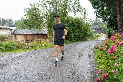 GIKK OG GIKK: Mandag gikk David Prokop fra Geithus 100.000 skritt på kryss og tvers i Modum. I alt tilbakela han neste 90 kilometer fra klokka 05.00 til 22.30.
