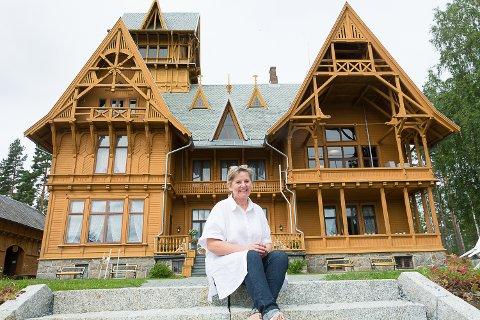 STRØMMER PÅ: Bitte Olstad, avdelingsleder Villa Fridheim, kan glede seg over at folks norgesferie gir godt besøk.