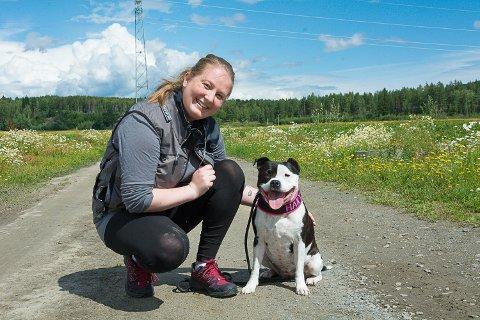 TURGRUPPE: Kaia Marie Jørgensen og hunden Haily håper å skape et sosialt miljø for folk som ønsker å gå tur med hund i Modum.