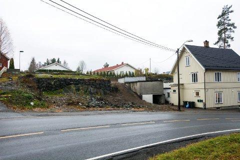 BRANT: Huset som sto på denne tomta i Lilleåsgata i Åmot brant våren 2017. Planen er å sette opp et erstatningsbygg her, men nå må eieren søke om dispensasjon og byggetillatelse på nytt.