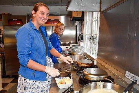 VAFFELSTEKING: En stor del av sommerjobben til Ingrid Bråthen og Tuva Skalstad Molia