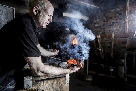 GLASSBLÅSER: Daniel Erlandsson i aksjon på glasshytta på Nøstetangen Glass i Hokksund.