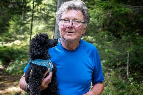 KUANGREP: Narve Sørensen og hunden opplevde mandag et ublidt møte med ei mannvond ku på Øståsen. Han ønsker nå å advare andre om den sinte kua.
