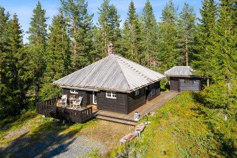 Det er mange hytter til under millionen ute på markedet. Denne hytta I Sigdal er en av dem.