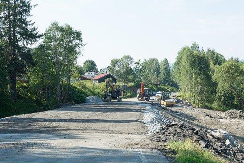 ÅPNER FREDAG: Tirsdag formiddag så det slik ut der stikkrenna er skiftet ut på rv 35 ved Embretsfoss. Fredag åpner veien igjen.