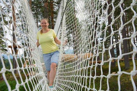 RIGGES: Gunhild Kopland Terum synes det er morsomt å se at løypene i klatreparken tar form.
