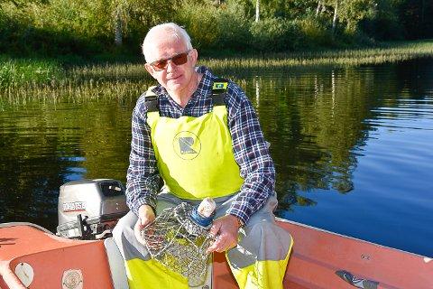 BRA MED KREPS: Knut Martin Glesne forteller at det er bra med kreps i Krøderfjorden. På det meste har han selv fått åtte kilo fordelt på 50 teiner.