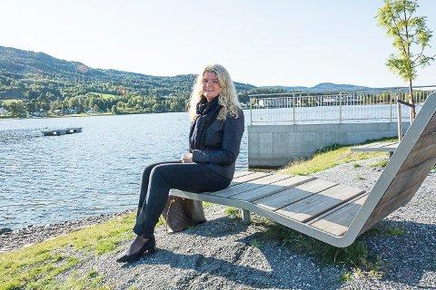 ALLTID TILGJENGELIG: Ann-Kristin Salvesen fra Vikersund har jobbet som eiendomsmegler siden 1997. – Det er en livsstil, sier hun, og innrømmer at hun alltid har telefonen innen rekkevidde.