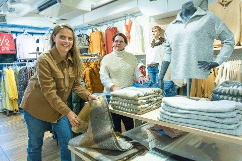 TRIVES:Nina Skyliholdt Hoff og Kristin Carlsen i Perfekt Mote synes det er hyggelige kunder i Vikersund. I disse dager merker de at høsten er her – varme strikkeplagg og dunjakker har fått bein å gå på..