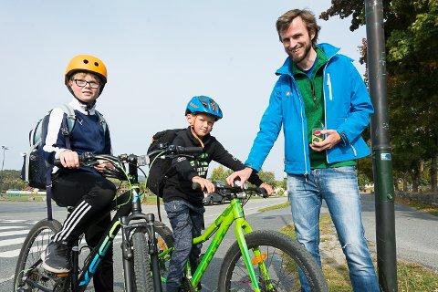GRATIS LYKT: Elias Paulsen og Emrik Reistad fikk sykkellykt av Børge A. Roum fra Syklistenes landsforening.