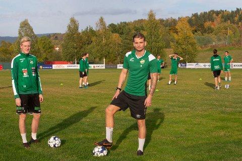 LEI AV Å VENTE: Preben Røren (t.v) og Fredrik Smeby har «ventet» seg gjennom koronasesongen. 2020. Nå er serien avlyst, men gutta håper på klarsignal for tradisjonell fotballtrening så fort som mulig.