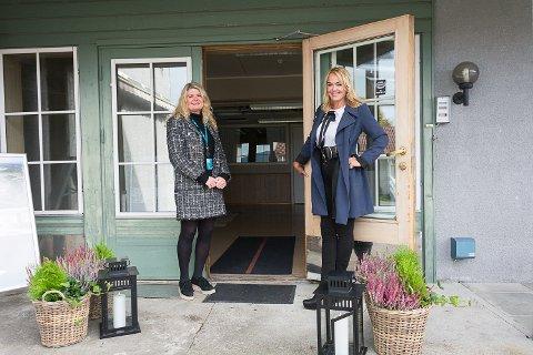 ÅPNER DØRENE: Megler Ann-Kristin Salvesen og eier Kari Tveranger gleder seg over at de nå kan invitere til visning og begynne å selge de planlagte leilighetene i Nestegården.
