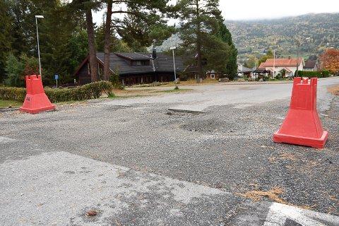VENTER PÅ ASFALTERING: Harry Enersen syns det er rart at Viken fiber fortsatt ikke har asfaltert etter gravejobben de gjorde for fire uker siden.