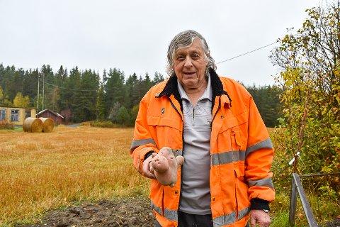ALDRI SETT STØRRE: Hans Egil Stillingen har plukket poteter i åkeren siden han var en liten guttunge, men dette er den største han har sett.
