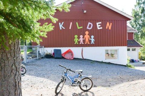 POLITIAKSJON: Tirsdag og onsdag måtte bevæpnet politiet rykke ut til Kilden barnehage, etter at en kjenning av politiet igjen oppførte seg truende i området ved barnehagen.