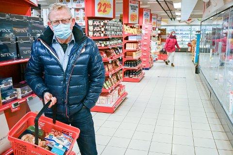 MAT: – Jeg er selv i risikogruppen, men jeg må som alle andre ha mat. Jeg velger derfor å handle på tider av døgnet hvor det er lite folk i butikken, sier Svein Olav Tovsrud.