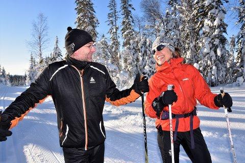 TURGLEDE: Ekteparet Britt og Jørn Braathen stråler om kapp - på tur i nydelige omgivelser på Øståsen.